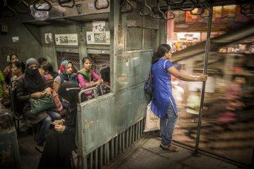 Vagón de mujeres de un tren suburbano, por Tamina-florentina Zuch en Mumbai, India