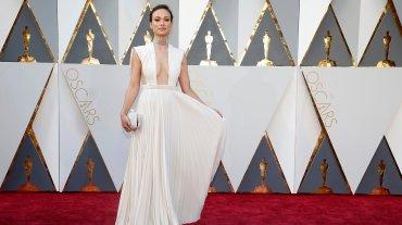 Olivia Wilde, una de las más hermosas, lució un vestido de Valentino.