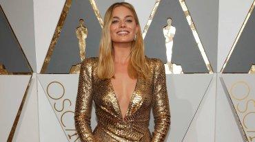 Margot Robbie llevó un radiante vestido dorado de DVF.