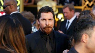 Christian Bale eligió ir todo de negro con un traje de su colección.