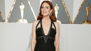 Juliane Moore optó por un correcto vestido negro de Chanel