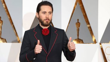 Jared Leto, cuando no, se animó a más y vistió un llamativo traje de Gucci.