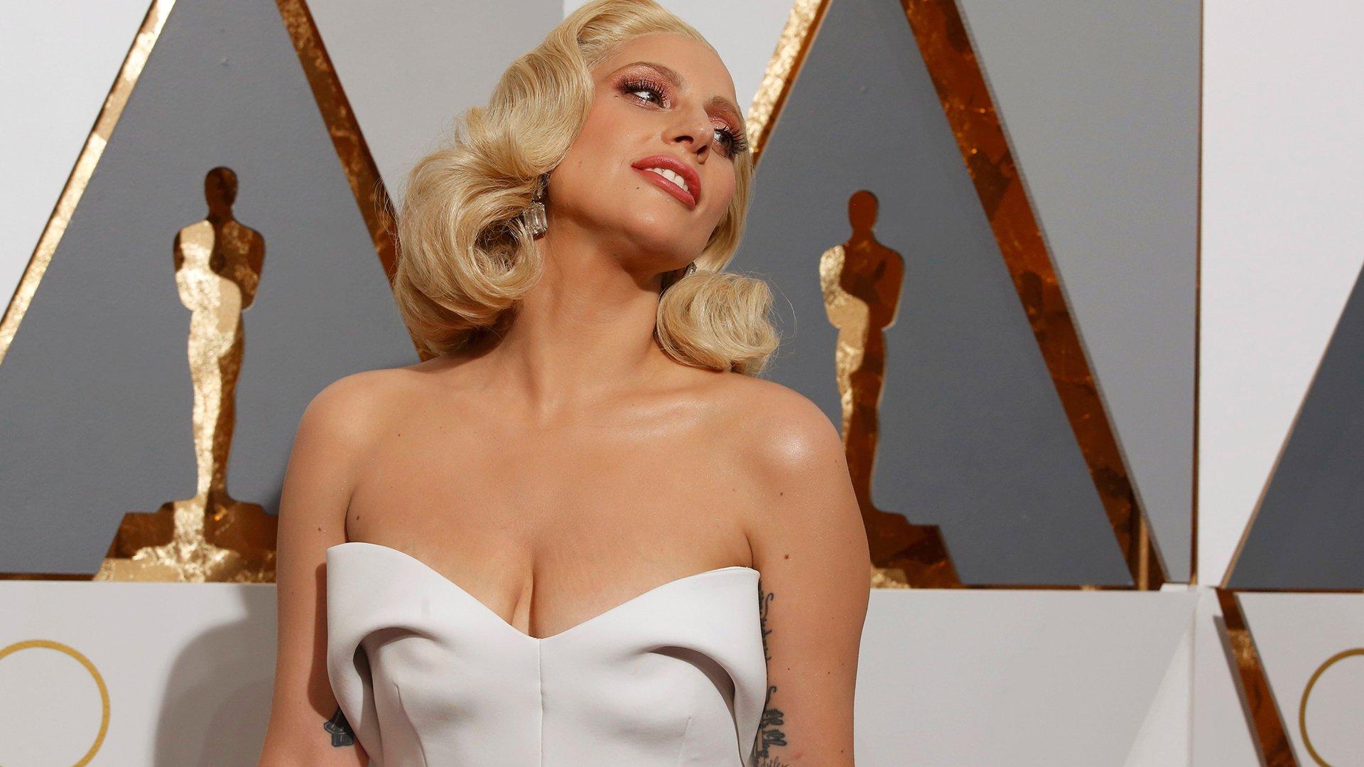 Lady Gaga, siempre espléndida. Esta vez, con un look blanco inmaculado.