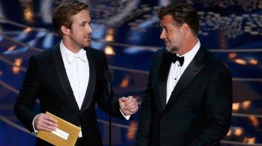 Ambos con moño: Ryan Gosling, con uno blanco; con él, Russell Crowe y su versión en negro.