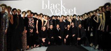 El diseñador italiano Giorgio Armani (c) posa rodeado de sus modelos al finalizar su desfile en la Semana de la Moda de Milán