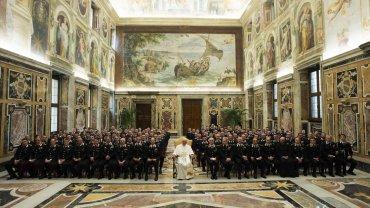 El papa Francisco durante su encuentro con una delegación de los carabinieri en el Vaticano