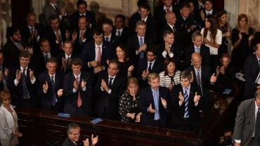 Funcionarios del gobierno aplauden a Mauricio Macri