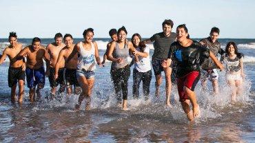 Un grupo de 35 jóvenes del partido bonaerense de Merlo viajaron a Chapadmalal a conocer el mar y hacer paseos turísticos por la ciudad de Mar del Plata, con visitas guiadas, actividades deportivas como fútbol y voley de playa, y talleres educativos sobre adicciones y noviazgos violentos