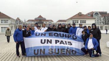 El equipo argentino de Copa Davis posa en el centro de la ciudad de Gdansk,donde enfrentará a Polonia a partir del próximo viernes