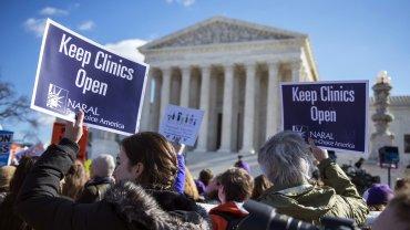 Cientos de personas se manifiestan con motivo de la conflictiva ley del aborto del estado de Texas en el exterior de la Corte Suprema, en el Capitolio de Washington