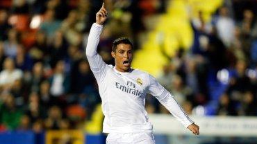 Cristiano Ronaldo celebra su gol en el partido en que el Real Madrid venció por 3 a 1 al Levante y logró acortar la distancia con Barcelona, el único puntero de la Liga Española
