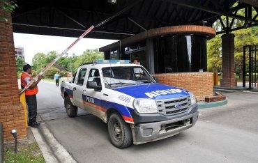 Un grupo de asaltantes armados ingresó a la casa del intendente de La Plata, Julio Garro, en el country Grand Bell. Su mujer y sus cuatro hijas fueron maniatados, amenazados, golpeados y encerrados en una habitación
