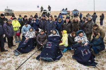 Los cosmonautas rusos Serguéi Volkov (c) y Mijaíl Kornienko (i), junto al astronauta estadounidense Scott Kelly (d), tras aterrizar cerca de la ciudad de Dzhezkazgan, en Kazajistán. Los tres integrantes de la expedición regresaron a la Tierra después de 340 días en la Estación Espacial
