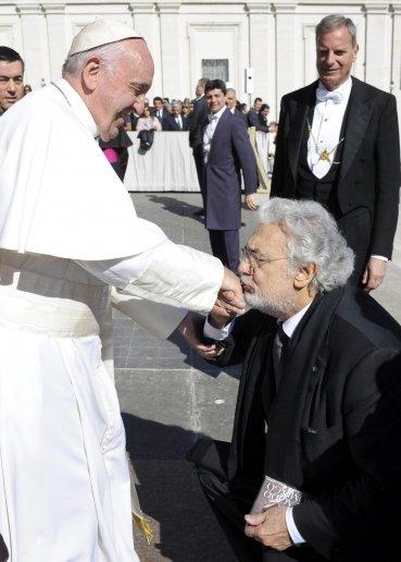 El papa Francisco saluda al tenor español Plácido Domingo tras concluir la audiencia general de los miércoles en la Plaza de San Pedro
