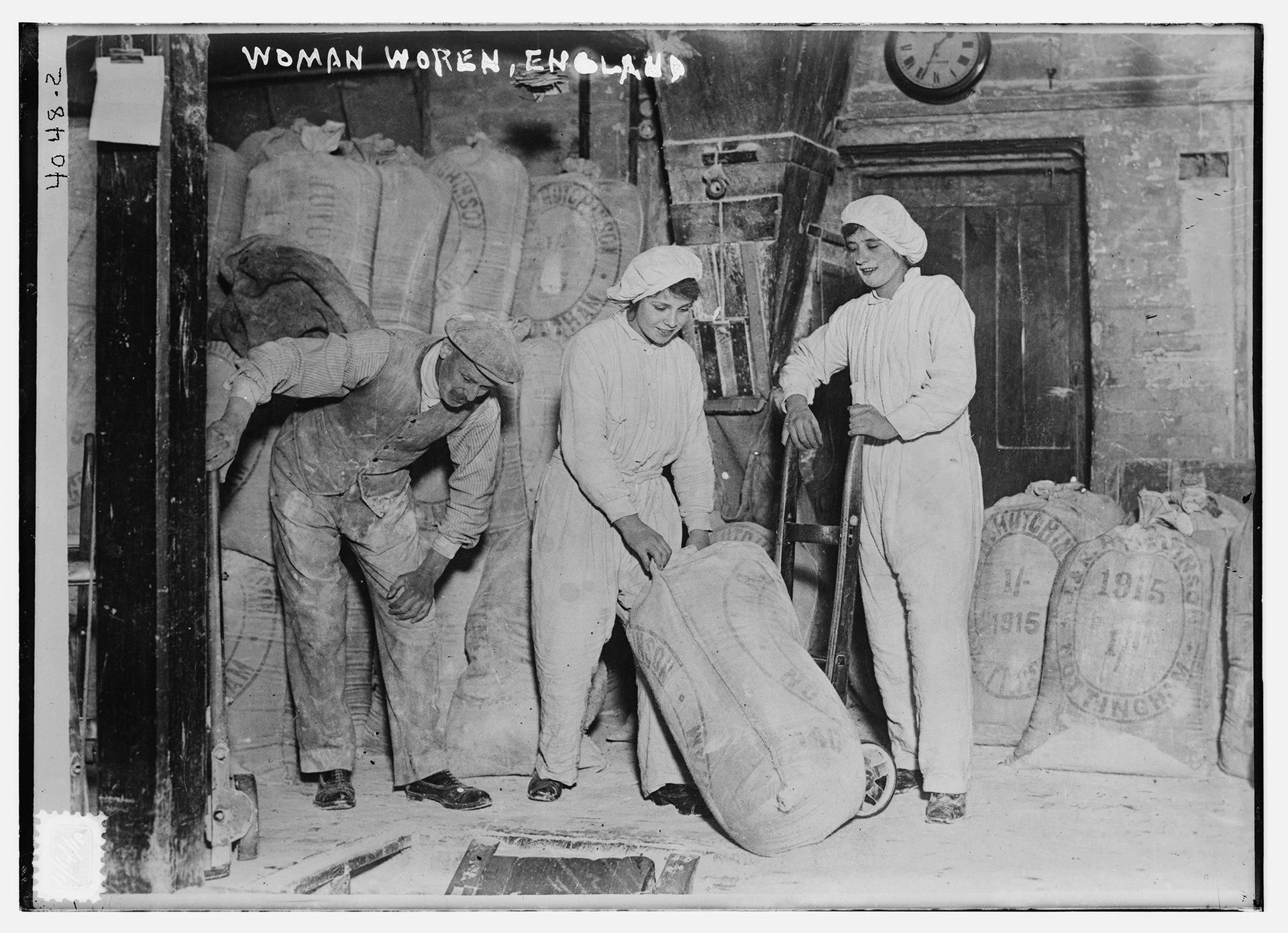 Mujeres en un molino de harina en Inglaterra, durante la Primera Guerra Mundial