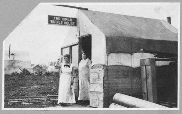 Dos mujeres regenteando su propio negocio, foto tomada entre 1900 y 1916
