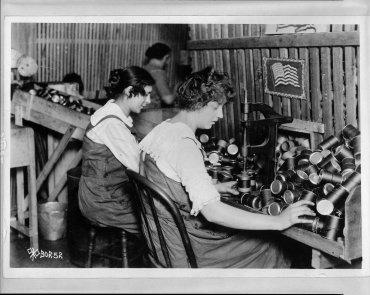Mujeres trabajando en una planta de municiones durante la Primera Guerra Mundial, en Chicago, Illinois