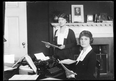 Mujeres trabajando en una oficina, alrededor del año 1921 a 1923
