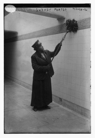 Una mujer afroamericana realiza sus tareas en una estación de metro en la ciudad de Nueva York, Estados Unidos, alrededor de 1917
