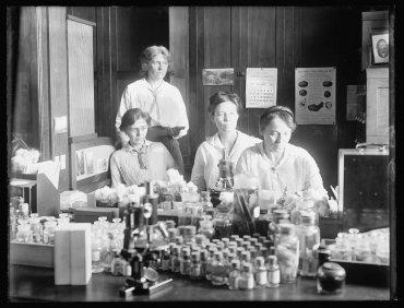 Nellie A. Brown, Lucía McCulloch, Mary K. Bryan y FlorenceHedges, científicas en unlaboratorio, alrededor de los años 1910 a 1920