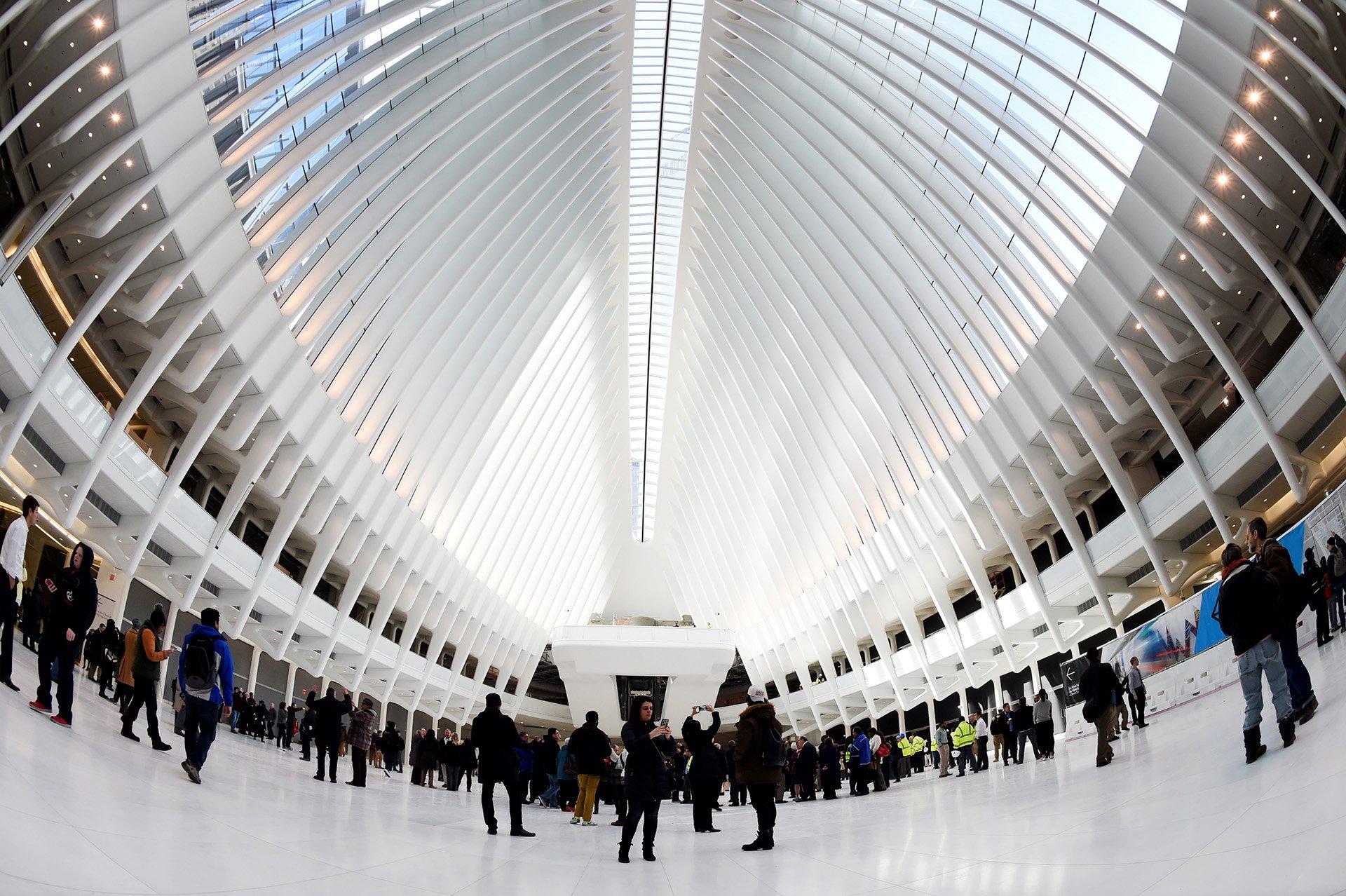 La estación goza de un diseño muy distintoal de los rectos y cuadriculados rascacielos del distrito financiero en el sur de la isla de Manhattan