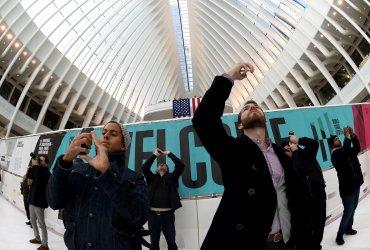 Los pasajeros tomando fotografias de la imponente estructura