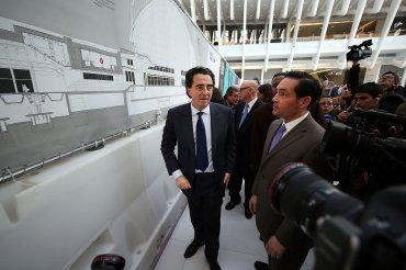 El arquitecto español Santiago Calatrava camina a través del nuevo centro de transportes del World Trade