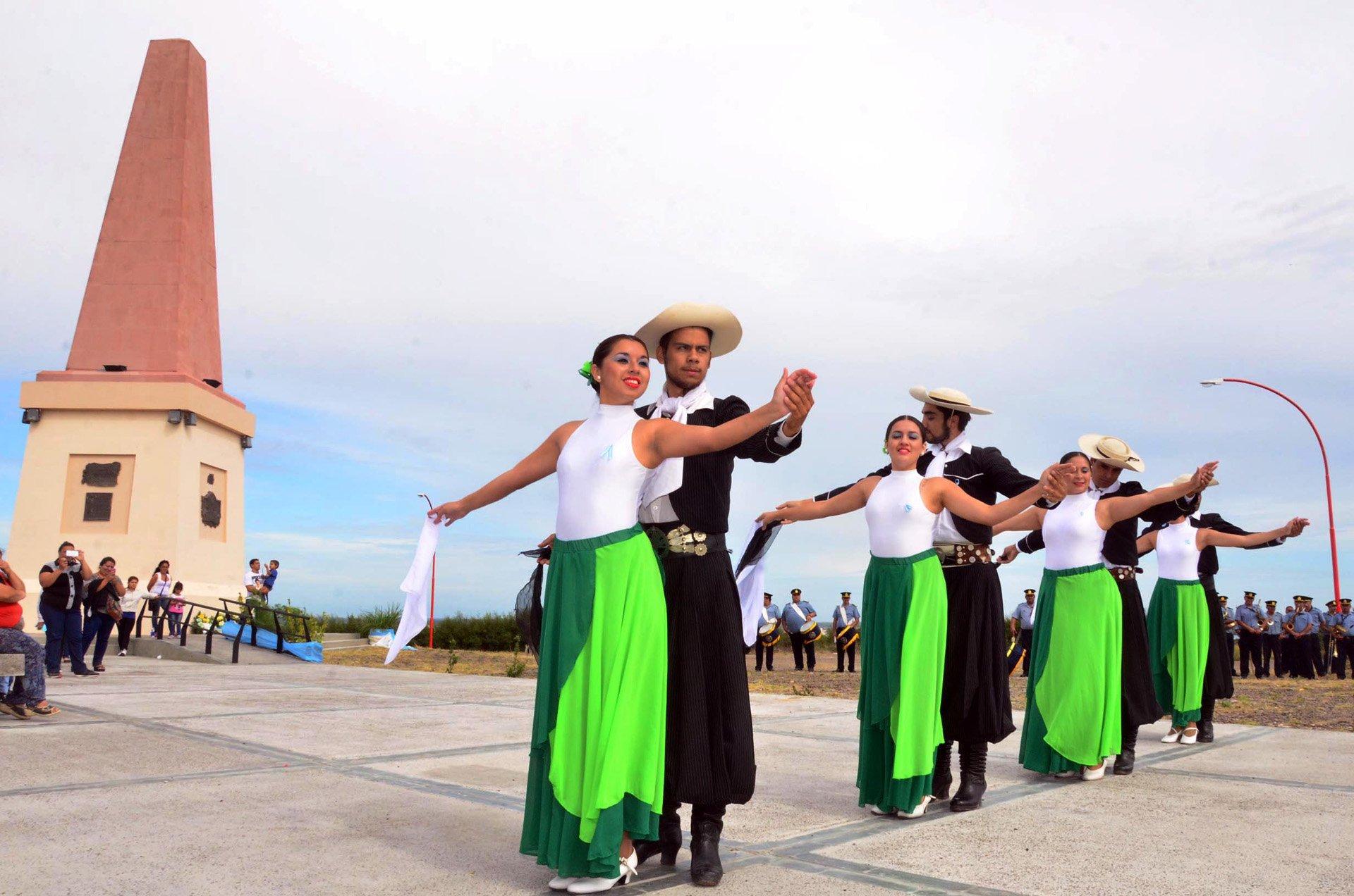 Las ciudades hermanas de Carmen de Patagones y Viedma, ubicadas sobre las márgenes del río Negro, festejaron juntas hoy un nuevo aniversario del Combate del Cerro de la Caballada