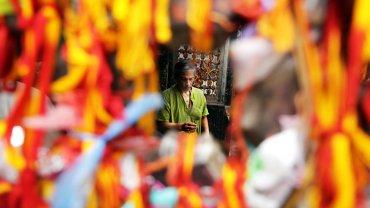 Un sacerdote hindú reza al dios Shiva en un templo durante el festival Maha Shivratri, en Calcuta, India