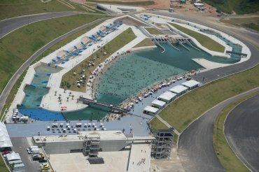 Vista aérea del circuito de canotaje del Complejo Deportivo de Deodoro concurrido por residentes locales que se refrescan en el agua