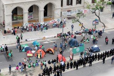 ATE organizó una jornada de movilizaciones, que incluyó protestas frente a los ministerios de Trabajo, Justicia, Educación y Agroindustria por los miles de despidos en el sector público