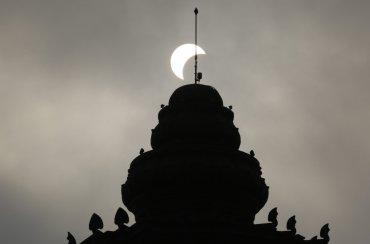 Vista de un eclipse parcial de sol sobre el Monumento a la Independencia en Phnom Penh, Camboya