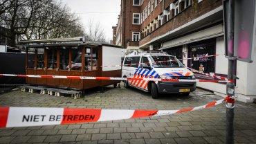 Policías investigan el lugar donde se ha localizado una cabeza humana en el distrito de Amstelveenseweg, en Amsterdam, Holanda
