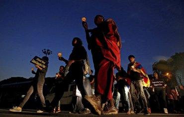 Miembros del Congreso de la Juventud Tibetana (TYC) participan en una protesta en contra de las normas chinas en el Tíbet en vísperas de la celebración del Día de la Rebelión Tibetana, en Bangalore, India