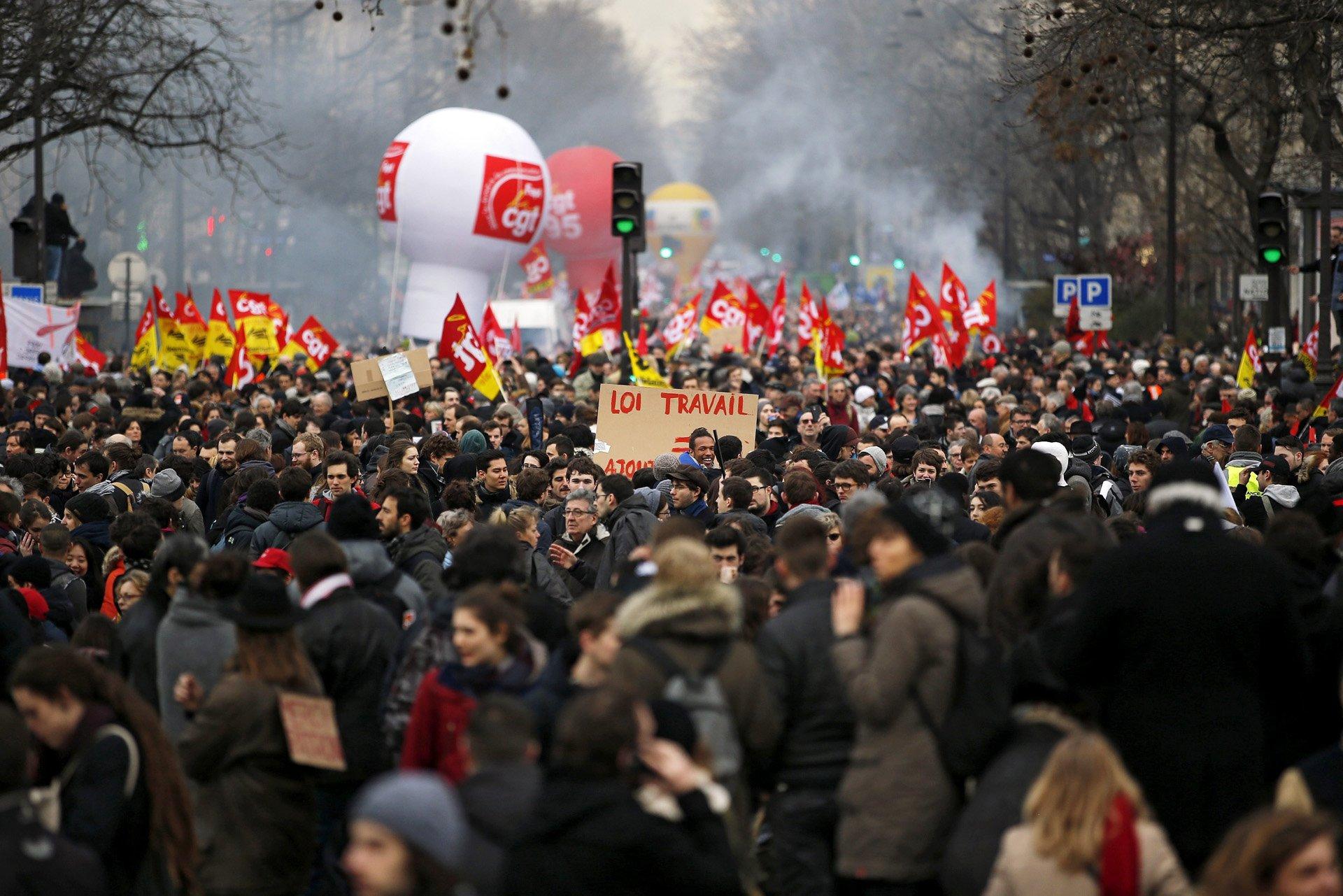 Varias personas protestan contra la reforma laboral gubernamental en Burdeos, Francia