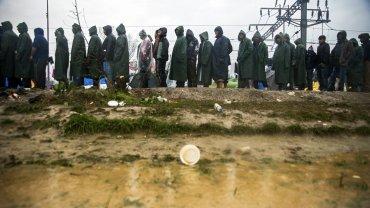 Refugiados hacen cola para beber un té cerca del pueblo de Idomeni, en la frontera entre Grecia y Macedonia