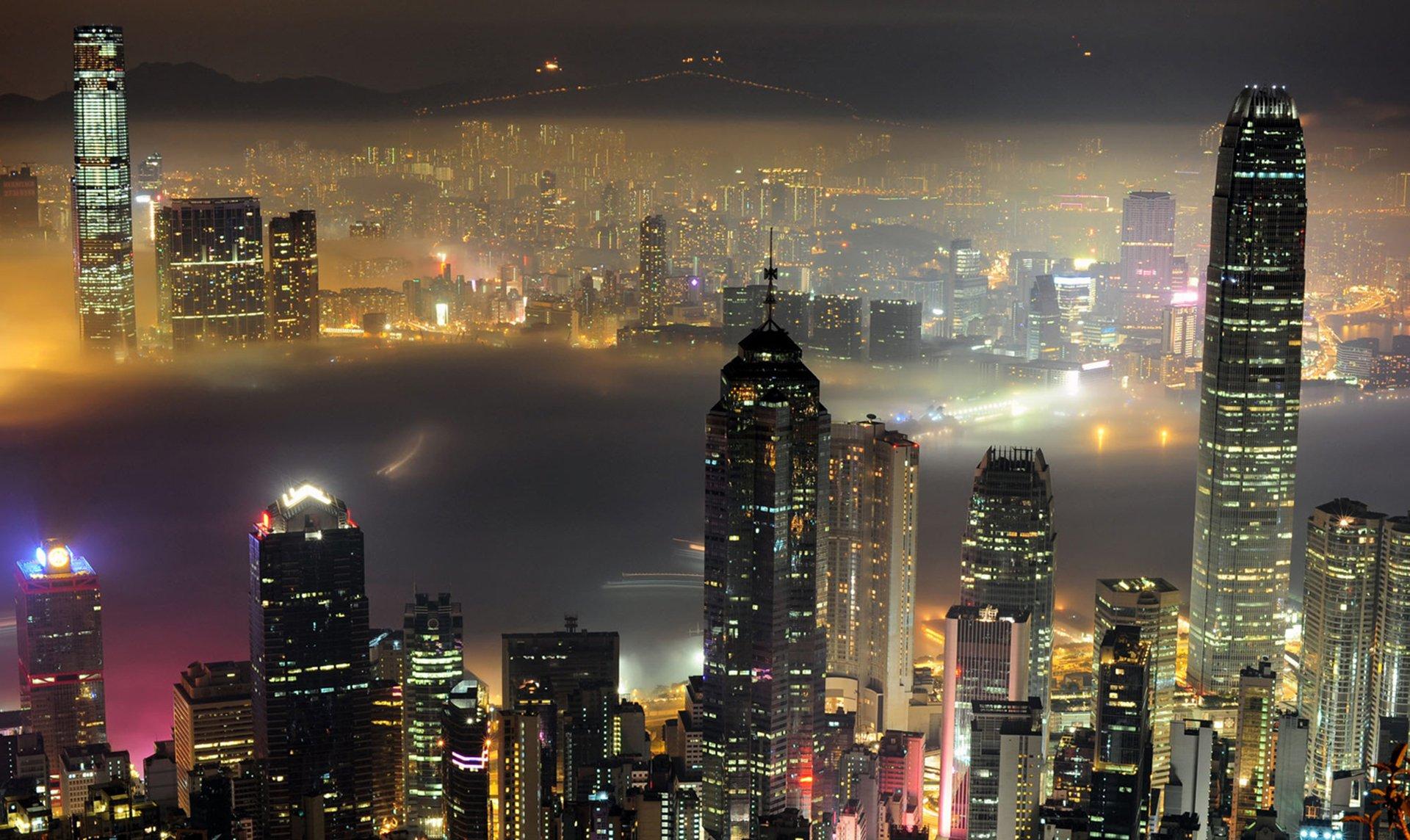 Una capa de niebla flota en el puerto de Victoria en Hong Kong, 15 de marzo 2010