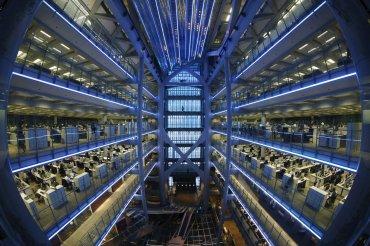 Una vista de ojo de pez dentro de la sede de HSBC en Hong Kong el 3 de noviembre del 2015