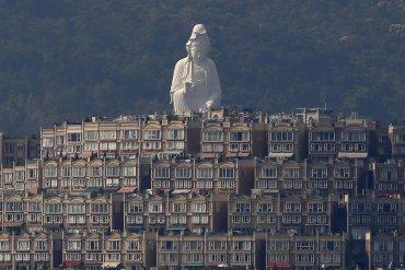 Una estatua de Guanyin, parte del Monasterio Tsz Shan de 76 metros de altura de bronce forjado en blanco