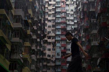 Un hombre camina delante de apartamentos residenciales, el 16 de mayo del 2015