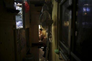 En Hong Kong, 24 personas viven en estas cajas de madera, o casas ataúd, envasados en un apartamento individual de poco más de 50 metros cuadrados