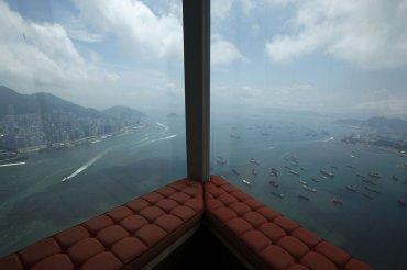 Una vista del puerto de Victoria desde el Hotel Ritz-Carlton en el Centro de Comercio Internacional (CCI), cuarto edificio más alto del mundo