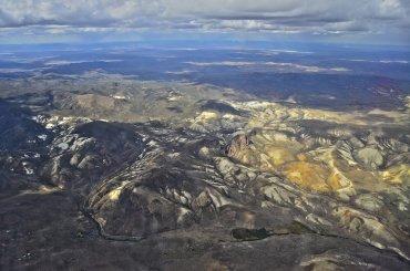 Desde el aire, la geografía patagónica exhibe formas y colores extraordinarios.