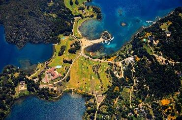 Puerto Pañuelo y el emblemático Hotel Llao Llao se han convertido en una postal típica de la Patagonia Argentina. (Provincia de Río Negro)