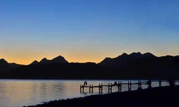 El atardecer regala increíbles colores a quienes visitan la zona de los lagos, en la provincia de Neuquén. (Villa La Angostura)