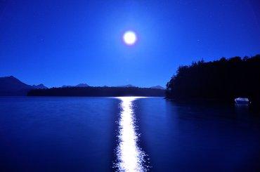 La luz de la luna tiñe de azul el lago y la montaña, convirtiendo el paisaje en un lugar de ensueños. (Siete Lagos - Provincia de Neuquén)