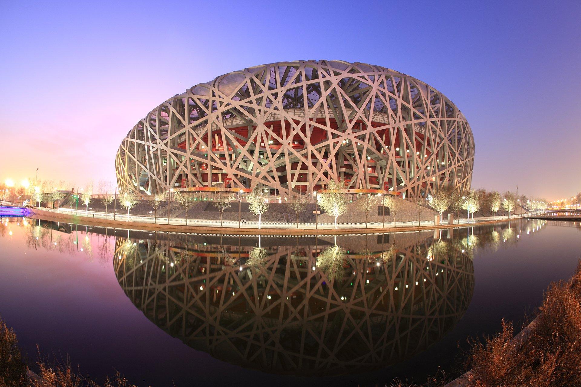 Nido de Pájaron (Pekín, China). El estadio nacional de Pekín es una de las mayores construcciones deportivas. Con 330 metros de largo, 220 de ancho y 69 de altura, está equipado con un sistema de energía solar y de recogida de agua de lluvia para su limpieza y el riego de su césped