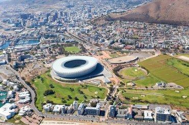 Soccer City (Johannesburgo, Sudafrica). Vio la luz en 1987, pero con motivo del Mundial 2010 lo reconstruyeron convirtiéndose en el más grande de África.