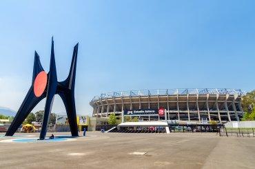 El Estadio Azteca (México) , con capacidad para 103.000 espectadores, es el terecero más grande del mundo detrás del Reungrado de Corea del Norte y del Salt Lake Stadium de la India