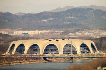 El estadio Reungrado es el más grande del mundo. Con una capacidad para 150.000 espectadores, es uno de los orgullos del régimen norcoreano. Construido en 1989, su estructura exterior está formada a base de azoteas, y cada una de las dieciséis, representa pétalos que terminan uniéndose para formar una flor